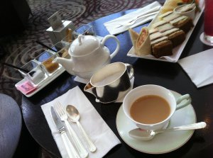 紅茶はスコーンに合うようにミルクティーにしてみました。