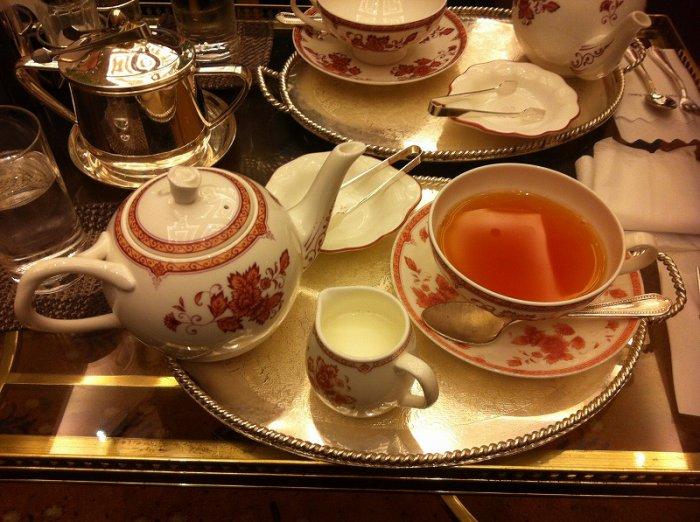 紅茶はポットサービスでこんな素敵なトレーで出してもらえます。