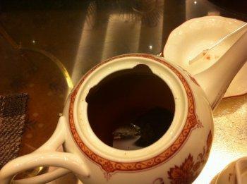 ティーポットの中にはティーバッグの紅茶が入っていました。
