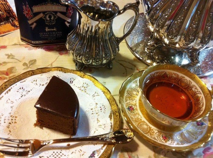 チョコレートケーキとウバ。水色が赤くて綺麗。