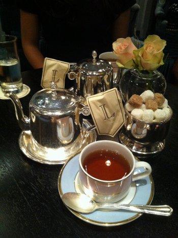 パリの老舗のラデュレ・サロン・ド・テの紅茶はネーミングがとても素敵。この紅茶は「テ・メランジェ・マリー・アントワネット」という名前です。