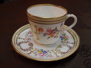 ビクトリア朝時代後期に作られたカップ。一見、コーヒーカップに見えるこのカップも実は紅茶用のカップなのです。