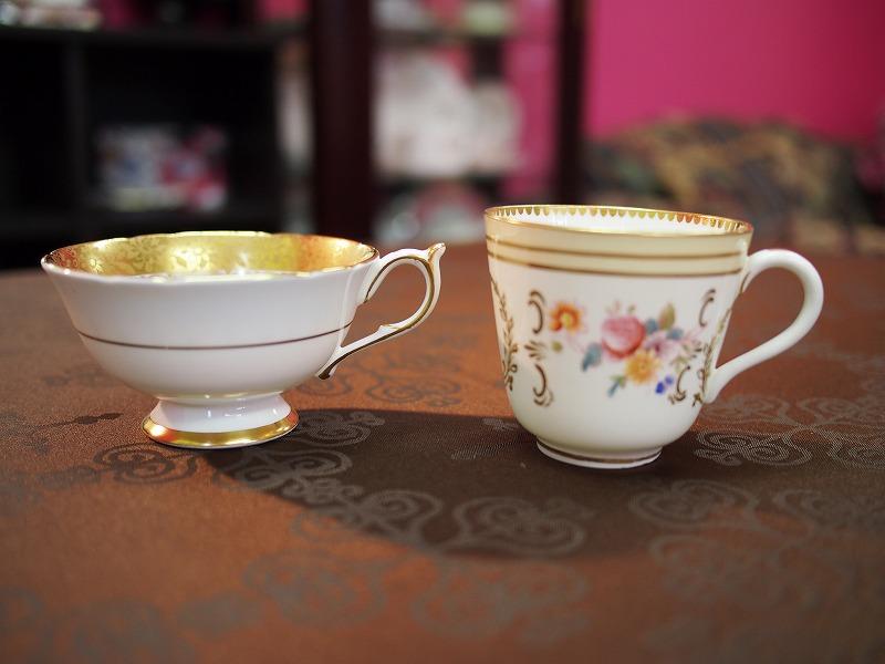 アンティークのティーカップは紅茶が美味しく飲めるものが多いと言われています。どちらもアンティークのティーカップですが、やっぱり右のカップのほうが美味しく感じる紅茶が多いのです。