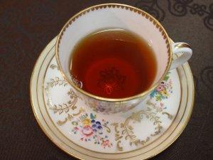 紅茶を入れるとカップの底の模様がきれいに見えます。
