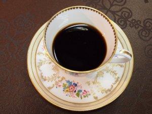 コーヒーを入れると、カップの底の模様が見えません。ですから紅茶用のカップだとわかるのです。