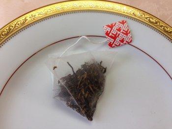 こちらは最近増えてきたピラミッド型のもの。茶葉がジャンピングしやすいのでオーソドックスな形のものより紅茶がおいしく淹れられます。