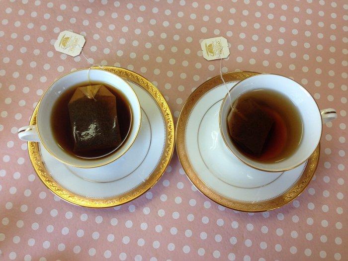 お湯を先に入れるのは、ティーバッグがきちんと沈むためです。左のカップは先にティーバッグを入れ後からお湯を注いだものです。ティーバッグが浮いています。