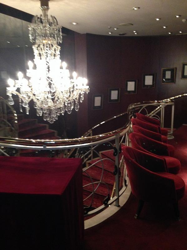 マキシム・ド・パリはこのゴージャスな階段の下にあります。