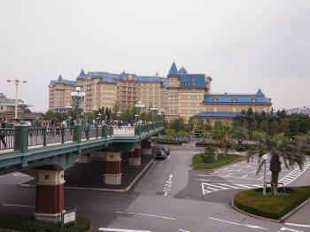JR舞浜駅から降りて、右手に見える大きな青い屋根のホテルがディズニーランドホテルです!