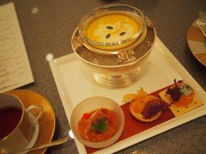 こちらは、アフタヌーンティーセットに含まれているスープと前菜。