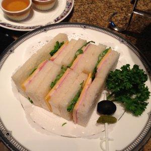 サンドウィッチは1種類しかなかったのと、食べやすいようにプレスされていなかったのが残念でした。