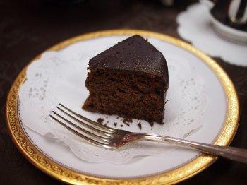このザッハトルテは濃厚なチョコを味わってほしいと、つなぎに小麦粉を使っていないので、ぽろぽろします。