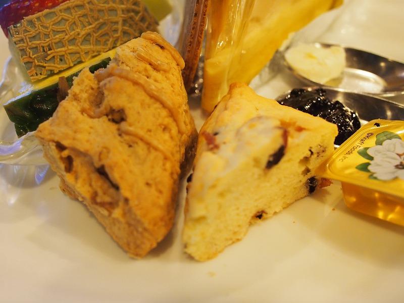 スコーン2種クロテッドクリーム、ブルーベリージャム、はちみつが付いてます。