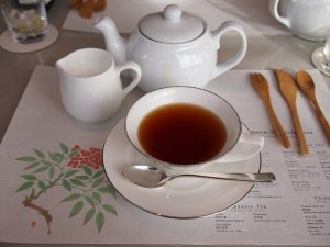 紙のマットにおかわりできるお茶のメニューが載っています。