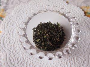 インド ジュンパナ茶園のダージリンファーストフラッシュの茶葉 ファーストフラッシュの茶葉はこのように緑色をしています。