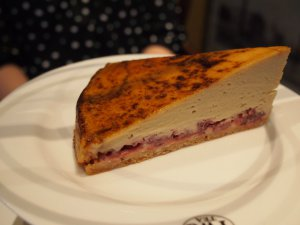 こちらはお友達が選んだ一番人気のケーキ「シンガポールサプライズ」クリームブリュレの中にベリーが入っています。思ったよりも、さっぱりしていてとっても美味しい❤