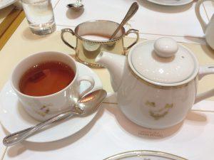 リボンとバラのロゴが可愛らしいカップ。軽食のセットの紅茶もポットサービスでした。
