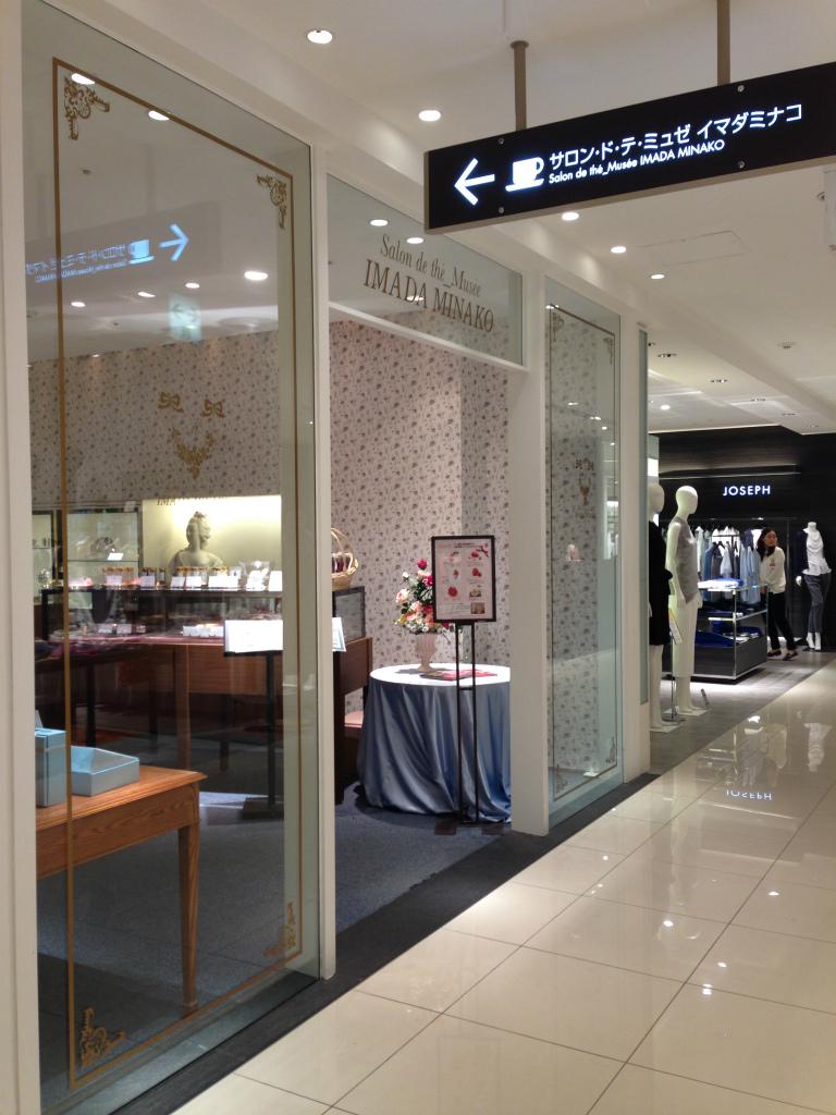 店名にミュゼとついているだけあって、ステンドグラスやマリー・アントワネットの胸像などが飾られていました。