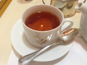 紅茶は「今田美奈子オリジナルローズティー」にしました。カップの中にはローズペタルのコンフィチュールが入っています。