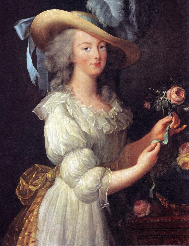 バラの花を愛したマリー・アントワネット。手にはお気に入りのバラ「ロサ・ケンティフォリア」を持っています。