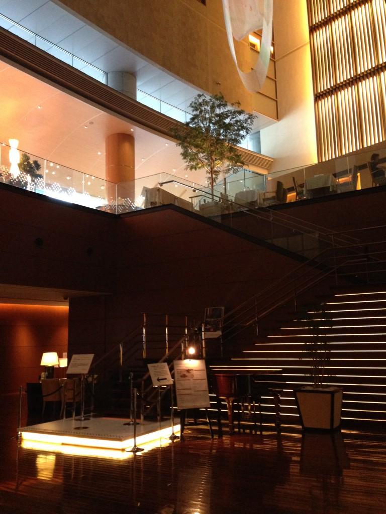 丸の内オアゾの中に丸ノ内ホテルはあります。8Fのモダンフレンチレストラン「ポム・ダダン」でアフタヌーンティーが出来ます。