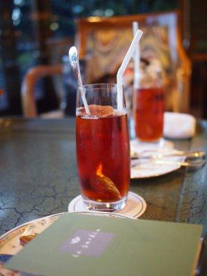 こちらは「アイスセイロンティー」ほのかにアールグレイの香りがするな、と思ったら、アールグレイの紅茶で作った氷が入っていました。