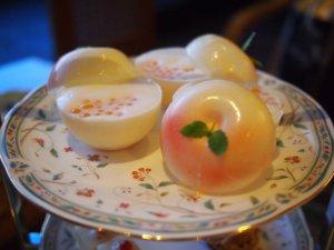 上段 白桃ネージュ。桃の部分はホワイトチョコレートです。