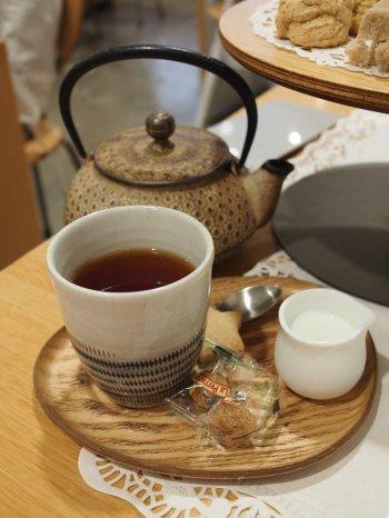 アッサムティー。 紅茶は鉄瓶でサーブされます。この鉄瓶はここで購入もできます。