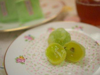 源吉兆庵の「陸の宝珠」岡山県産のマスカットを求肥(ぎゅうひ)でくるんだ和菓子です。