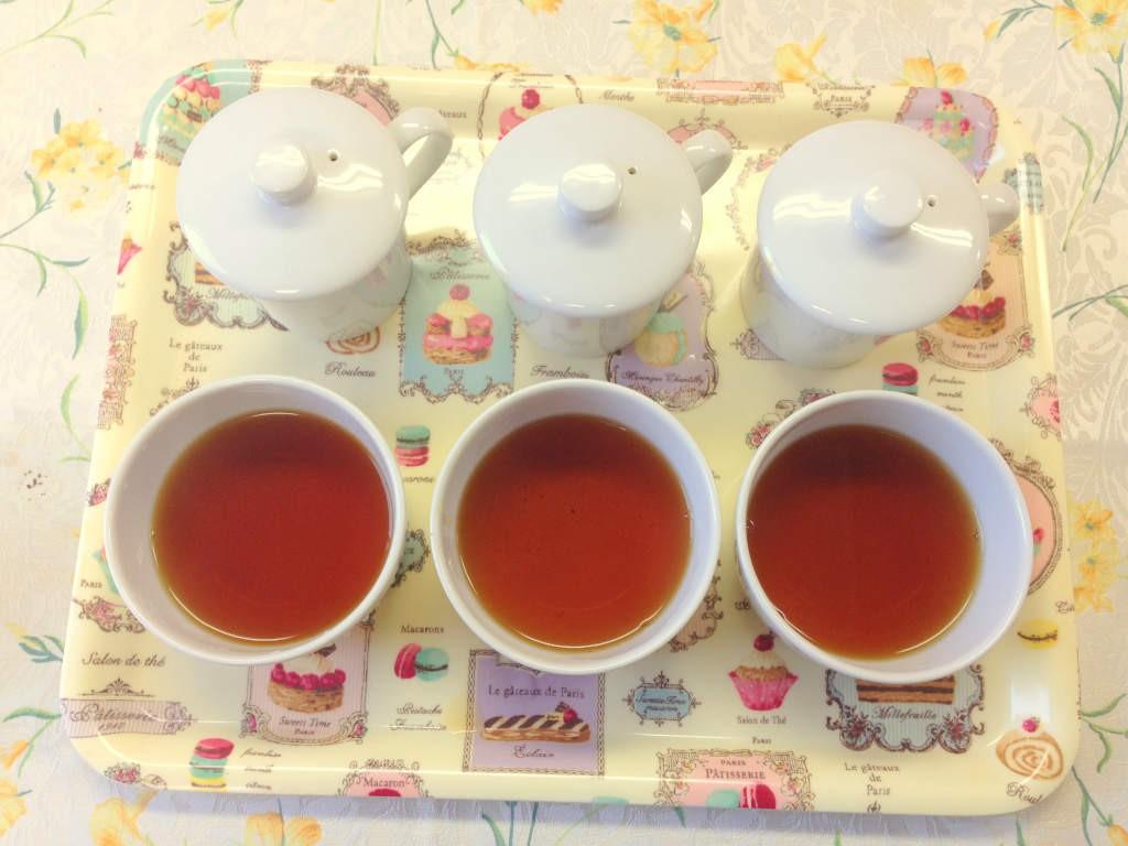 ④茶葉が見えないようにお湯をそそいで出来上がり。