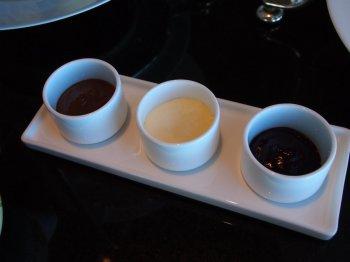 左から、ヘーゼルナッツ&チョコレート、クロテッドクリーム、ラズベリージャム