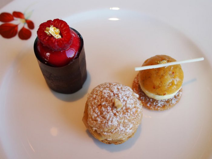 下段スイーツ。左上、濃厚なラズベリーのお菓子、真ん中、ヘーゼルナッツプラリネのシュークリーム、右、ピナコラーダ