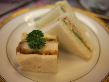 サンドウィッチは近所のパン屋さんのもの。たまご&野菜サンド、ツナサンド、カツサンド。