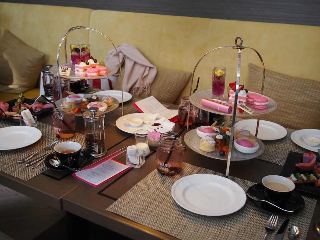 全体的に『アナ スイ ロマンティカ オーデトワレ』のイメージカラーの濃いピンクでまとめられた可愛いテーブルセッティング