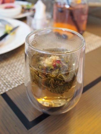 こちらは中国茶の工芸茶「双龍戯珠」です。