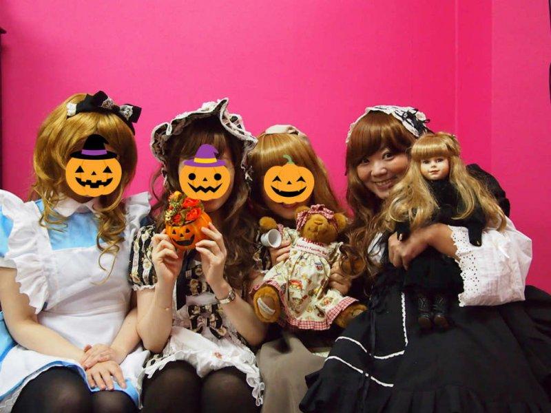 左から不思議の国のアリス、フレンチロリータ、ロミオとジュリエットのジュリエット、メイドの仮装をそれぞれしました。