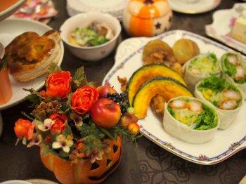 メインディッシュはハロウィンらしくかぼちゃのフリッターが入った揚げ物とトルティーヤ