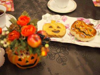 ハロウィンのかぼちゃのランタンの形をしたチョコレートクッキーとパンプキンパイ。