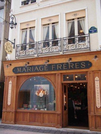 銀座5丁目にあるマリアージュフレール銀座本店はパリの本店と似た雰囲気。1Fは販売スペース、紅茶やティーウェアを売っています。紅茶はパッケージされている物も多数おいてありますが、量り売りもしています。地下はちょっとした紅茶博物館。2Fと3Fはティールームになっています。