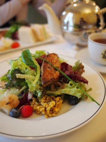 マリアージュフレールのアフタヌーンティーは軽食にデザートと紅茶のついたランチセットというような感じです。