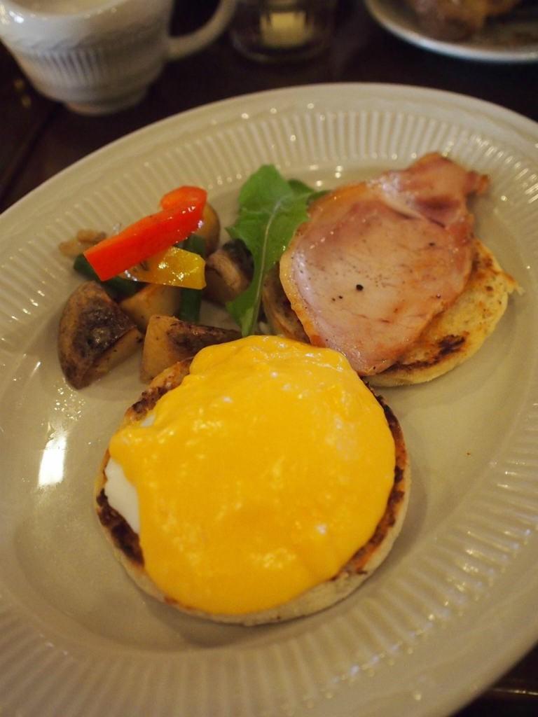 エッグベネディクト。エッグベネディクトはイングリッシュマフィンの上にたまごとハムを乗せ、オランデーズソースをかけたニューヨーク生まれのお料理です。