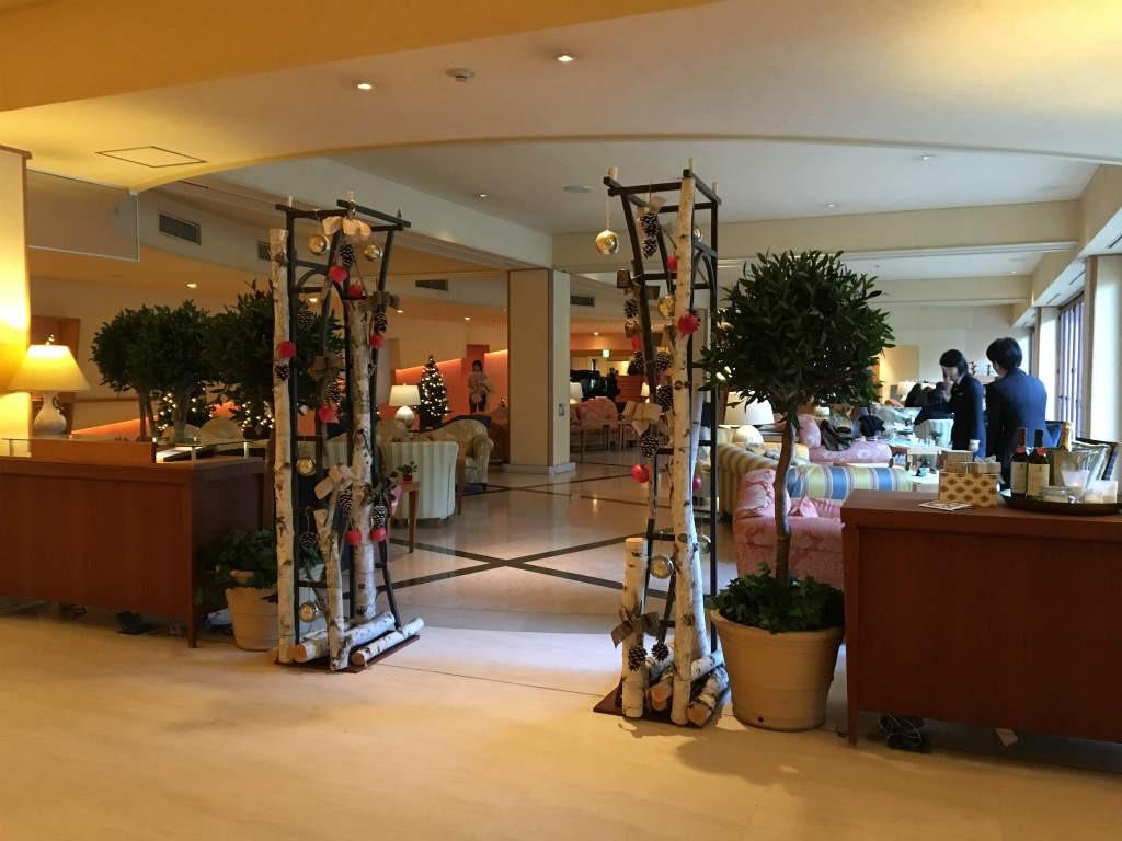 軽井沢 ホテルブレストンコート「THE LOUNGE」のエントランス。開放的なラウンジです。