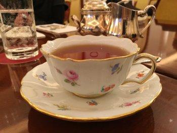 こちらは最初に使わせていただいたカップ。マイセンの小花柄のものです。