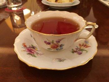 こちらもマイセンの花柄のカップ