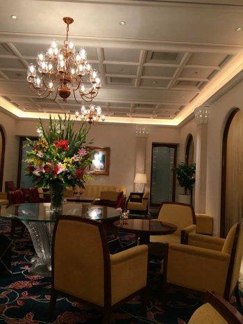 ホテルのロビーをイメージしたという店内。個室は別途使用料がかかるようになっていました。