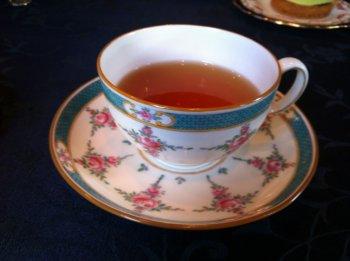ミントン社のロングセラーデザイン「ペルシャローズ」1950年頃まで作られていたカップ。アンティーク屋さんなどで見かけることが出来ます。
