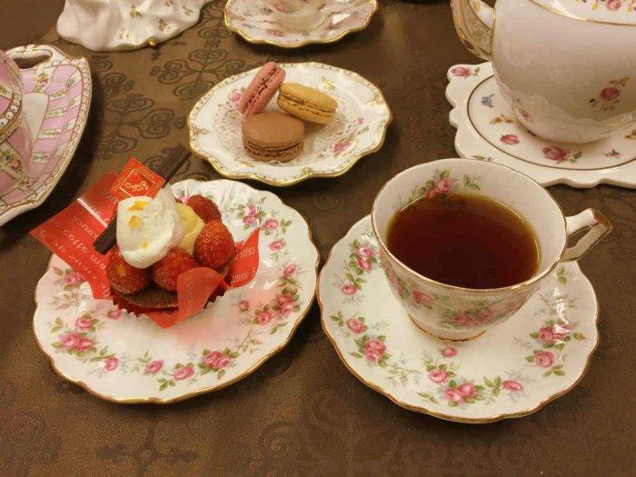 今日のカップ&ソーサとケーキプレートはエインズレイのヴィンテージ品です。ポットはヘレンド。マカロンを乗せた小皿はロイヤルクラウンダービーの物です。