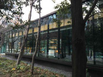 アマンのカフェがある場所は東京駅のすぐそばという大都会なのに木がたくさん植えられ、森のなかのような雰囲気です。