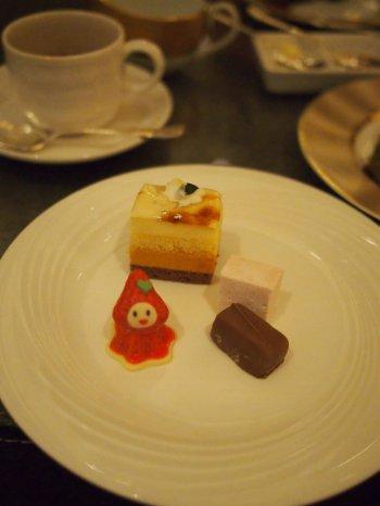 お皿の上部のケーキは洋ナシのケーキ。ワゴンサービスのプチガトーの中には最初にサーブされたケーキスタンドにないケーキもたくさんありました!