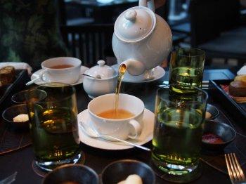 アツアツの紅茶が注がれました。